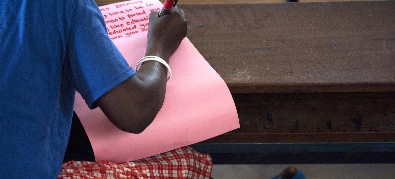Una adolescente liberada de sufrir mutilación genital femenina en una escuela primaria para niñas de Uganda. En la escuela, las niñas rescatadas de esta práctica o del matrimonio infantil también reciben asesoramiento y apoyo psicosocial.