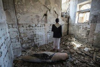 رجل يقف قرب مخلفات صاروخ في مبنى حكومي بمحافظة صعدة (صورة من الأرشيف).
