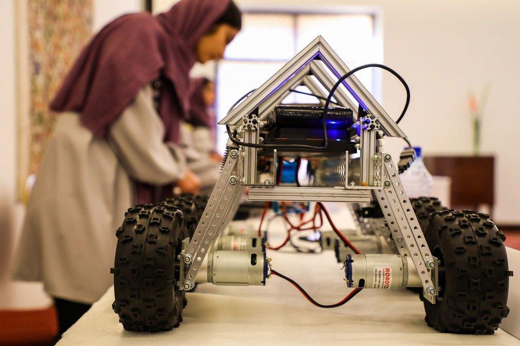 Une jeune fille en Afghanistan montre un robot qu'elle a mis au point lors d'une exposition à Kaboul.