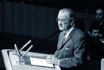 Президент США Линдон Джонсон выступает на заседании Генеральной Ассамблеи ООН, посвященном принятию резолюции по нераспространении ядерного оружия