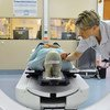 Un paciente de cáncer durante los preparativos para una sesión de radioterapia.