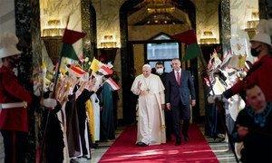 Le pape François (à gauche) est accueilli par le Premier ministre iraquien Mustafa Al-Kadhimi à son arrivée à Bagdad