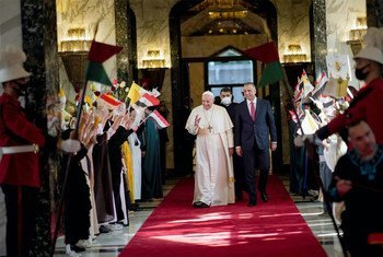 O papa Francisco foi recebido pelo primeiro-ministro iraquiano Mustafa Al-Kadhimi ao chegar a Bagdá.