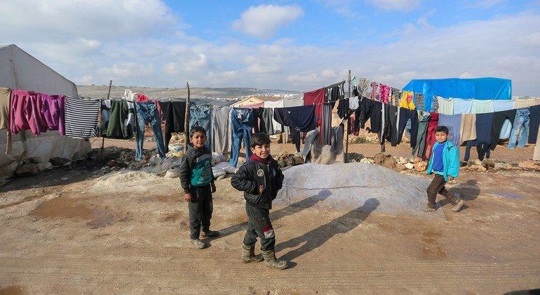 أطفال يلهون في أحد مخيمات النزوح في شمال غرب سوريا.