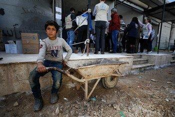 وفد من اليونيسف وبرنامج الأغذية العالمي يزور إدلب، مارس/أزار 2020 . . بين الذين يقيمون في شمال غرب سوريا هناك أطفال ولدوا في نفس السنة التي بدأت فيها الحرب، ولا تتجاوز أعمارهم العشر سنوات.