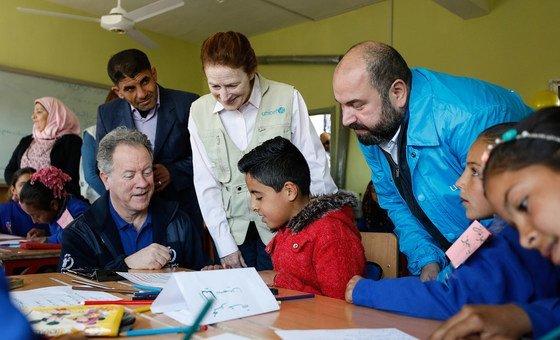 Henrietta Fore numa visita a uma escola em Idlib em fevereiro de 2020