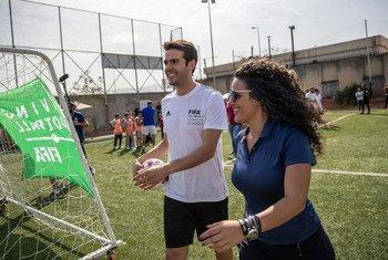 مديرة الاتصالات والعلاقات العامة في الفيفا، هني ثلجية، مع اللاعب البرازيلي ريكاردو كاكا