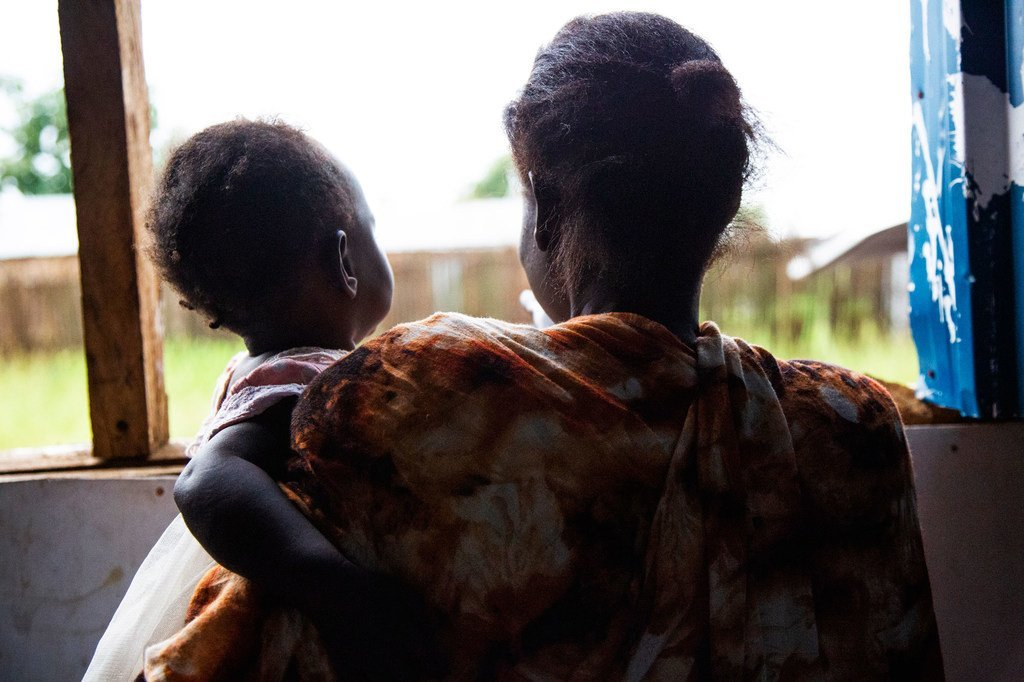 Une femme avec sa petite fille au Wisdom Center à Juba, au Soudan du Sud, après avoir été battue par son mari.