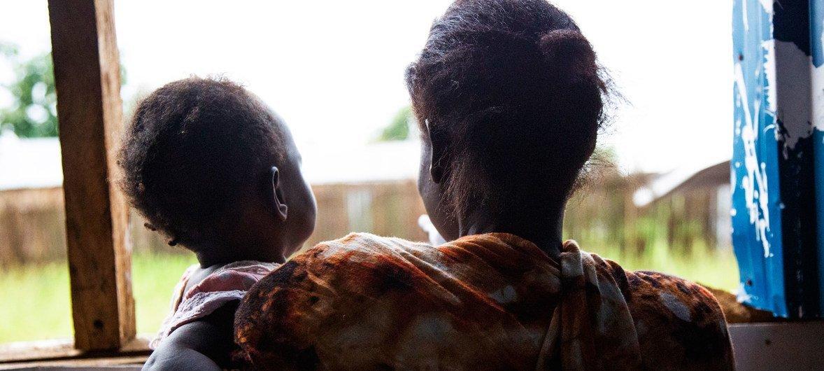 امرأة تحمل ابنتها الصغرى في مركز الحكمة في منطقة جوري بجوبا، جنوب السودان، بعد تعرضها للضرب.