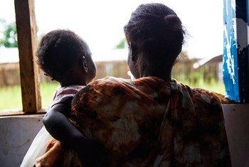 امرأة تحمل ابنتها الصغرى في مركز الحكمة في منطقة جوري بجوبا، جنوب السودان، بعد تعرضها للضرب على يد زوجها.