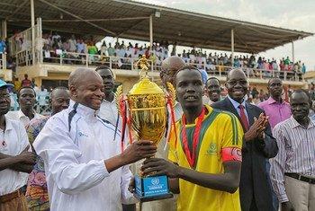 Un trophée «sports pour la paix» est remis à l'équipe gagnante lors d'un tournoi de football soutenu par la MINUSS à Juba, au Soudan du Sud.