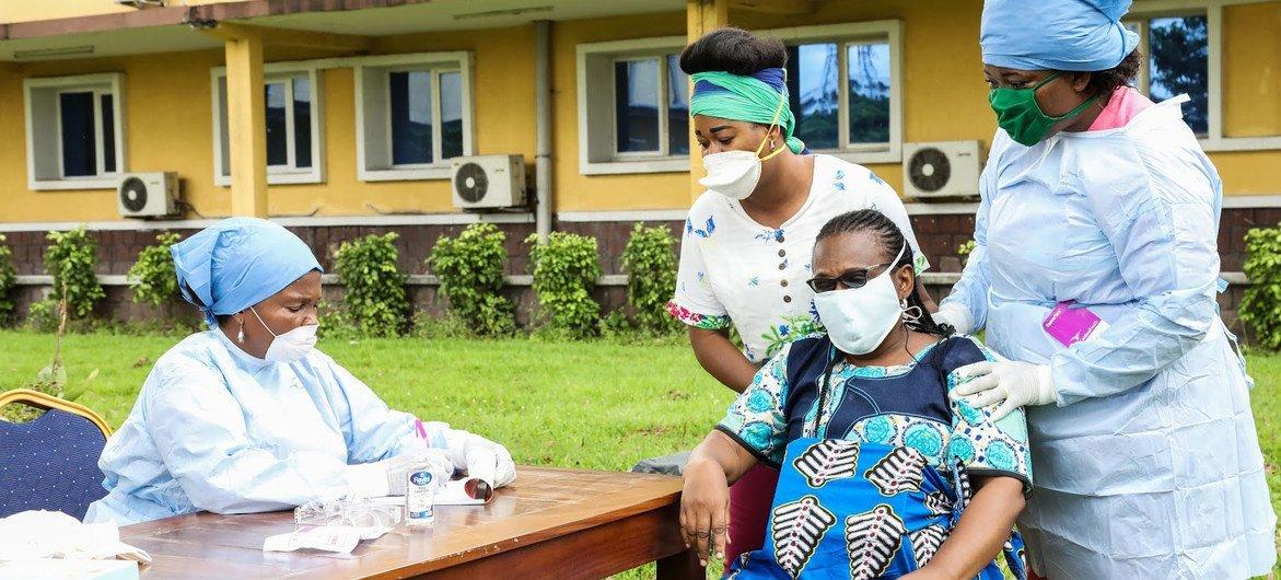 Une femme enceinte en République démocratique du Congo est soignée par des sages-femmes