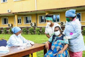 随着新冠病毒病大流行继续在非洲蔓延,刚果民主共和国的助产士们在照顾一名孕妇。