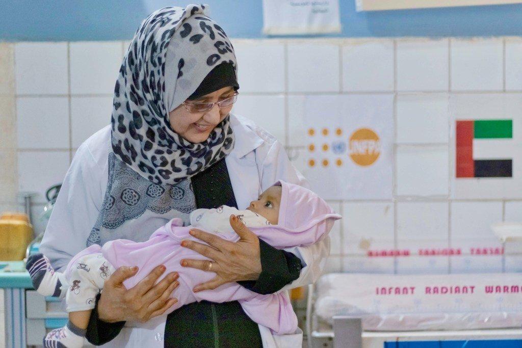 Mkunga akiwa amebaba mtoto mchanga katika moja ya vituo vinavyosaidiwa na UNFPA kwenye hospitali ya Abyan, kusini mwa Yemen.