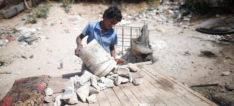Un niño de 13 años en Palestina recoge escombros cerca de la ciudad de Gaza para transportarlos en burro al mercado y venderlos.