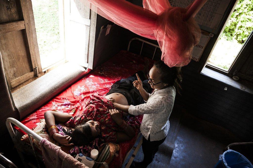 Mkunga akifanya uchunguzi wa mama mjamzito kijijini Nepal