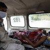 Un paciente de COVID-19 en Nueva Delhi, India, esperando en una ambulancia a que se libere una cama en el hospital.