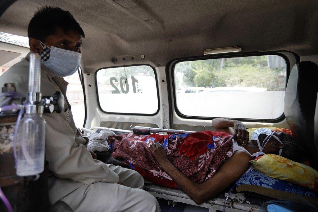 印度新德里,一名新冠患者正在救护车内等待医院的床位。