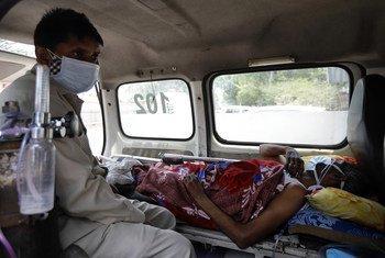Paciente esperando por lugar em hospital em Nova Deli, na Índia