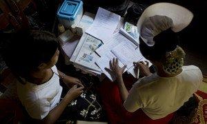 Une sage-femme examine les dossiers des patients et vérifie les fournitures médicales dans un centre de santé communautaire rural au Myanmar. (photo d'archive)