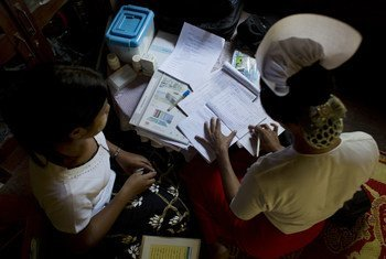 من الأرشيف: قابلة تستعرض سجلات المرضى وتتحقق من الإمدادات الصحية في مركز صحي مجتمعي ريفي في ميانمار.