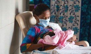 Une femme allaite son bébé dans une salle de travail en Inde, peu après l'accouchement.