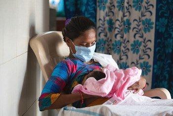Mama akimnyonyesha mwanae hospitalini wadi ya kuzaliwa nchini India.
