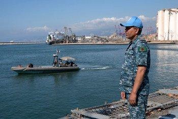 Un soldat de la paix de la FINUL dans le port de Beyrouth. Le premier cycle des pourparlers maritimes entre Israël et le Liban, qui s'est déroulé sur une base de la FINUL, a été « fructueux ».
