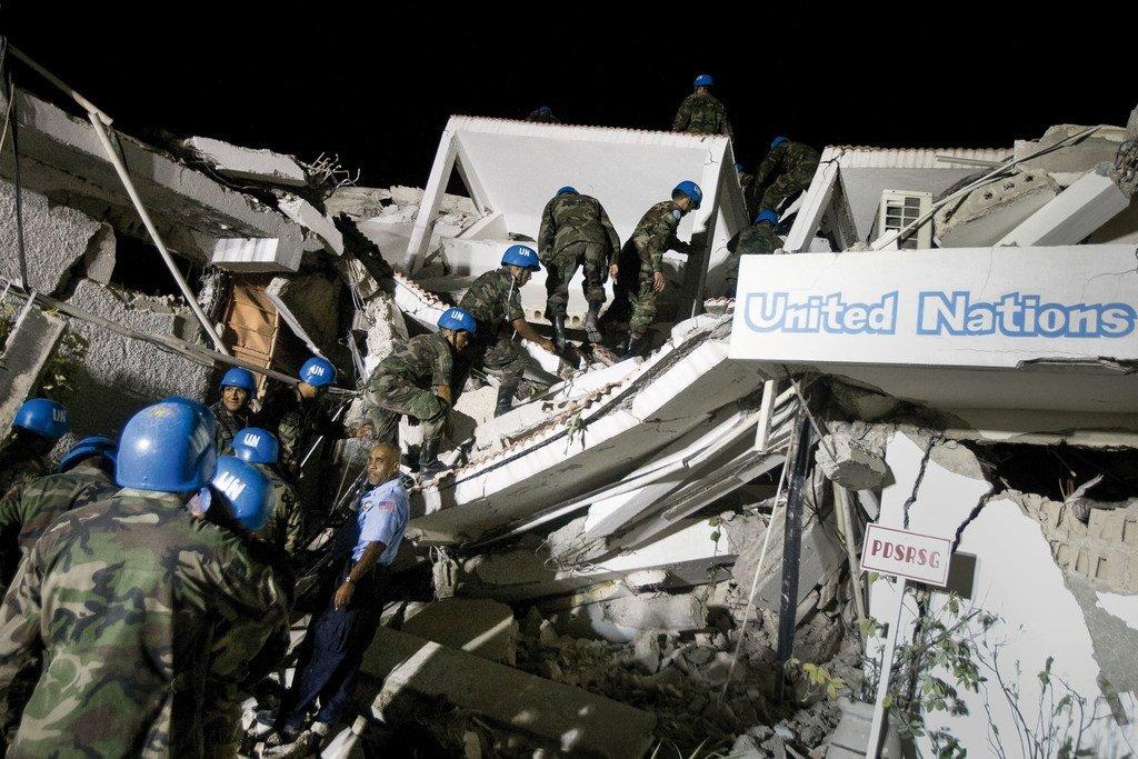 Des Casques bleus en Haïti recherchent des survivants dans les décombres du quartier général de la mission après le séisme qui a frappé le pays en janvier 2010.