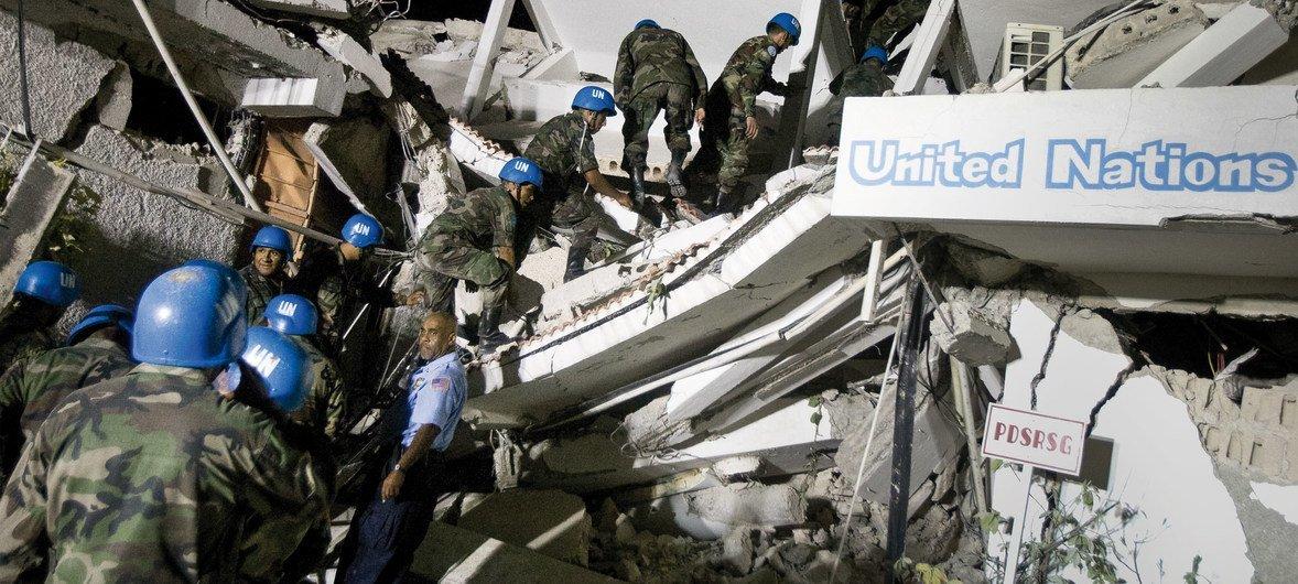 Em 12 de janeiro de 2010, um tremor de 7 graus de magnitude, matou mais de 222 mil pessoas incluindo 102 trabalhadores da ONU.