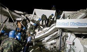 Boinas-azuis procuram por sobreviventes na sede da missão da ONU no país após terremoto em 2010.