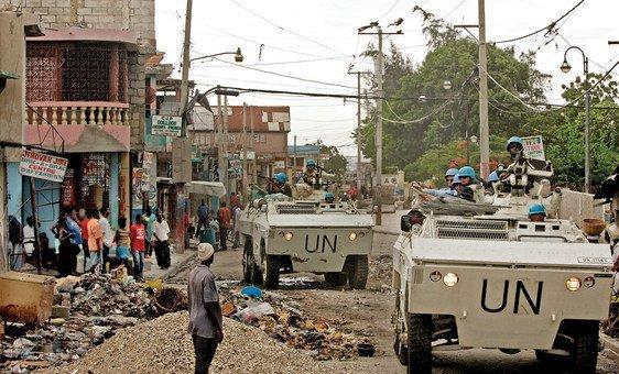 2004年4月,联合国维和人员在海地首都太子港动荡的贝莱尔街区(Bel Air)巡逻。