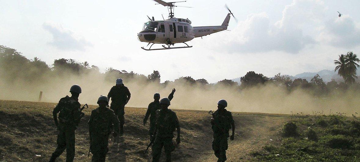 联合国维和人员飞抵一个城镇,为当地受伤的海地警察开展紧急手术。