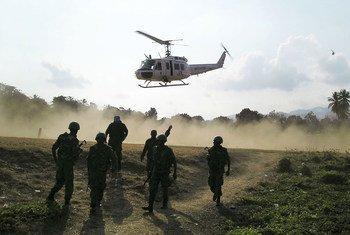 Des Casques bleus arrivent en hélicoptère dans une ville pour opérer en urgence des policiers haïtiens blessés.