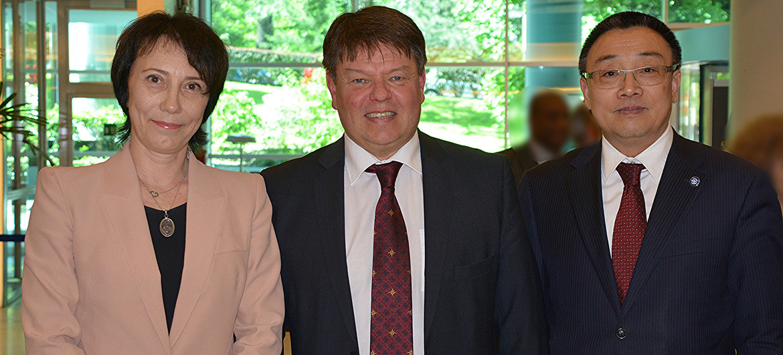 世界气象组织执行管理小组成员:秘书长塔拉斯(中)、副秘书长玛娜妍科娃和助理秘书长张文建。