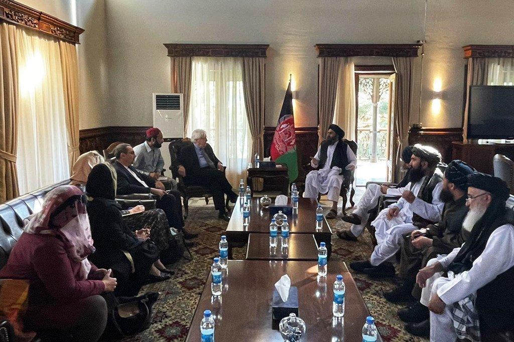 Martin Griffiths, chef de l'humanitaire de l'ONU, discute de questions humanitaires avec des dirigeants talibans à Kaboul, en Afghanistan.
