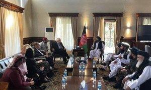 联合国主管人道主义事务的副秘书长兼救济协调员马丁·格里菲斯在阿富汗喀布尔与塔利班领导人讨论人道主义问题。