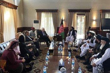 Martin Griffiths, subsecretário-geral da ONU, discute questões humanitárias com a liderança do Talibã