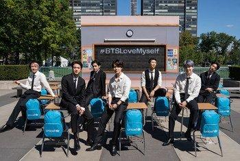 """韩国流行乐队防弹少年团支持联合国儿童基金会的""""爱自己""""活动。"""