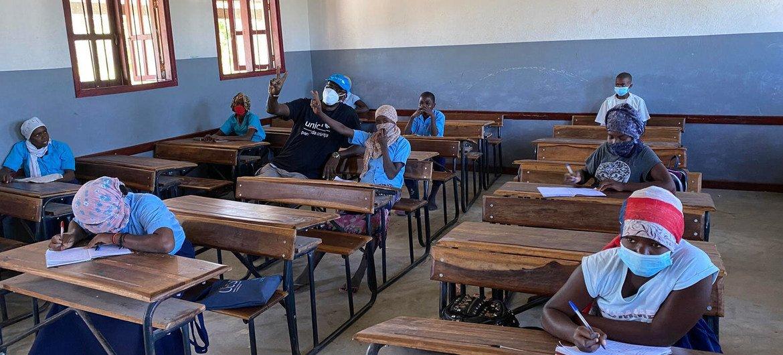 Adolescentes estudam em uma escola na região afetada pelo conflito de Cabo Delgado, em Moçambique