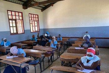 Des jeunes femmes étudient dans une école de la région de Cabo Delgado, au Mozambique, touchée par le conflit.