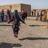 Des jeunes filles jouent dans un espace adapté aux enfants dans un camp situé dans la banlieue de la ville de Herat en Afghanistan.