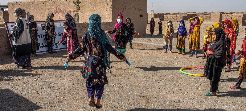 Crianças brincam em acampamento para desalojados em Herat, Afeganistão