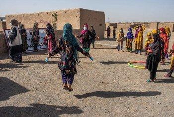 Афганские девочки в центре для перемещенных лиц в городе Герат.