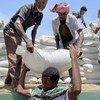 يتم إنزال الطعام من شاحنة في أحد مراكز التوزيع التابعة لبرنامج الأغذية العالمي شمالي تيغراي.