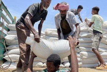 在提格雷北部泽拉兹勒的粮食计划署配送点,食物从卡车上被卸下。