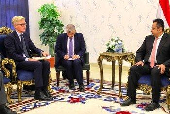 المبعوث الأممي الخاص، هانس غروندبرغ، أثناء لقائه ببرئيس الوزراء اليمني الدكتور معين عبد الملك سعيد في عدن.