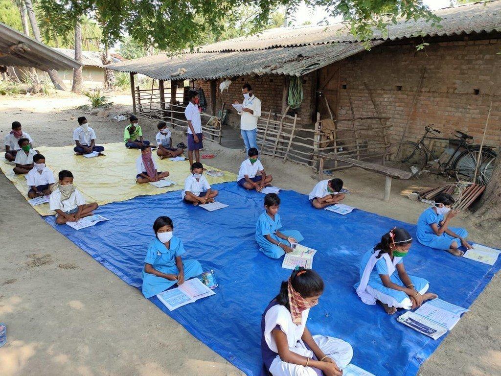 印度奥里萨邦,为降低疫情传播风险,学生在户外露天上课。
