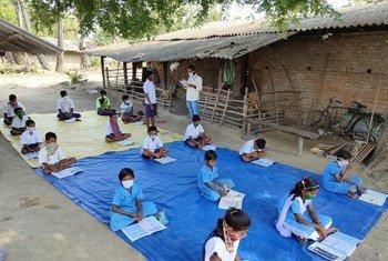 कोविड-19 के दौरान भारत के ओडिशा राज्य में आदिवासी बच्चों के लिये खुले में पढ़ाई की व्यवस्था की गई.