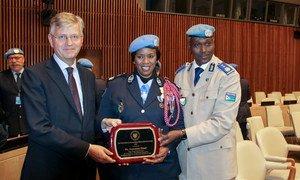 De la gauche vers la droite, le chef des opérations de paix, Jean-Pierre Lacroix, la Policière de l'ONU de l'année, Seynabou Diouf, et le Commissaire de police de la MONUSCO, Awale Abdoulansir lors de la remise du Prix.